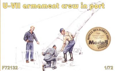 72132 - 3 x armament crew in port loading on board a G7 torpedo 1/72