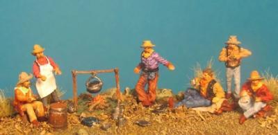 72-9506 - Koch und 5 essende Cowboys, Feuerstelle, Bratpfanne, Kaffeekanne usw. 1/72