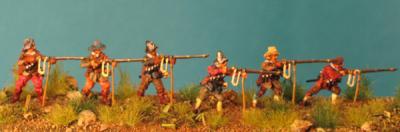 72-5013 - Musketiere schiessend 1/72