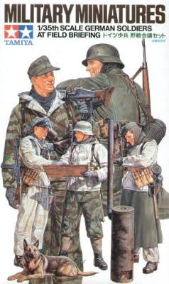 35212 - German WWII Soldiers Field Briefing